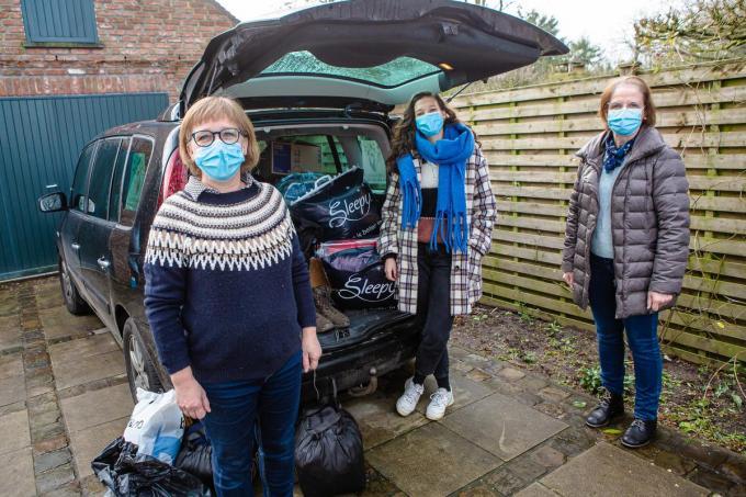 Eva Waes, Lara Barhoumi, Mia Vandamme zijn beschermengelen voor de vluchtelingen. (foto Davy Coghe)©Davy Coghe Davy Coghe