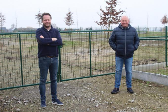 Schepen Frederik Sap (links en voorzitter van de vinkenvereniging Dirk Ramboer voor de nieuwe hondenloopweide. (foto JT)