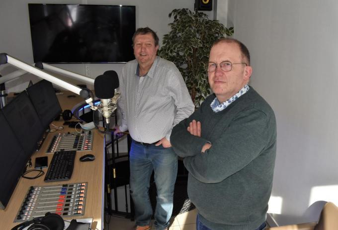 Johan Laroy (achteraan) en Patrick Bollaert, die afgelopen zaterdag onder meer Hands Off The Barmaid te gast hadden in hun nieuwe studio, hebben de band met Tielt allerminst doorgeknipt.©TOM VAN HOUTTE TVW