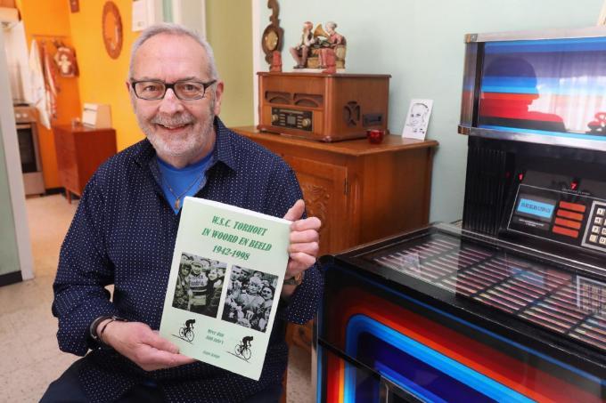Frans Kimpe met zijn unieke en lijvige boek over de geschiedenis van WSC Torhout.©Johan Sabbe