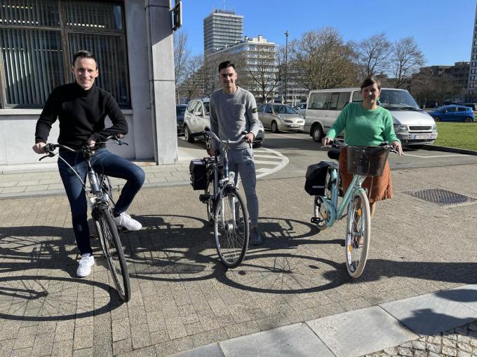 Schepen Björn Anseeuw, Jelle Bataille van KV Oostende en schepen Natacha Waldmann gaven vrijdagmorgen het startschot van de wedstrijd.© JRO