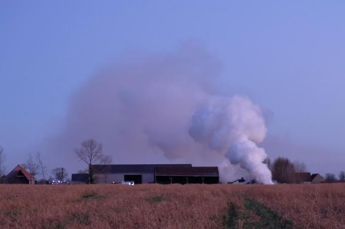 De rookpluim was van ver te zien.© JT