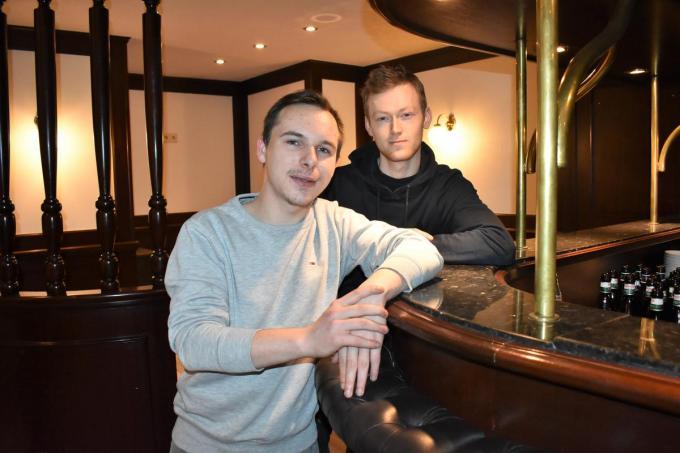Xander De Roo rechts van zijn collega Jason Moerman, met wie hij café Barville openhield op de Markt in Tielt.© TVH