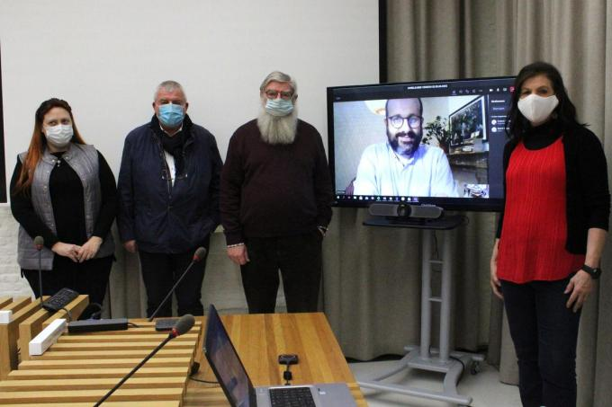 Schepen Virginie Brene, burgemeester Eddy Lust, schepen Herman Ponnet, professor Kristof Titeca (scherm) en Martine Coussement van Wereldraad Menen. (foto WO)