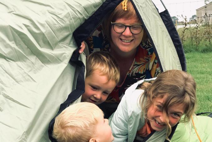 Lieselot Blomme met enkele kinderen tijdens een van de zomerkampjes vorig jaar. (GF)