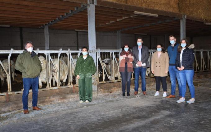 Vlnr dierenarts Wouter Vanlouwe, minister Zuhal Demir, familie Vandewalle.© (Foto MVQ)