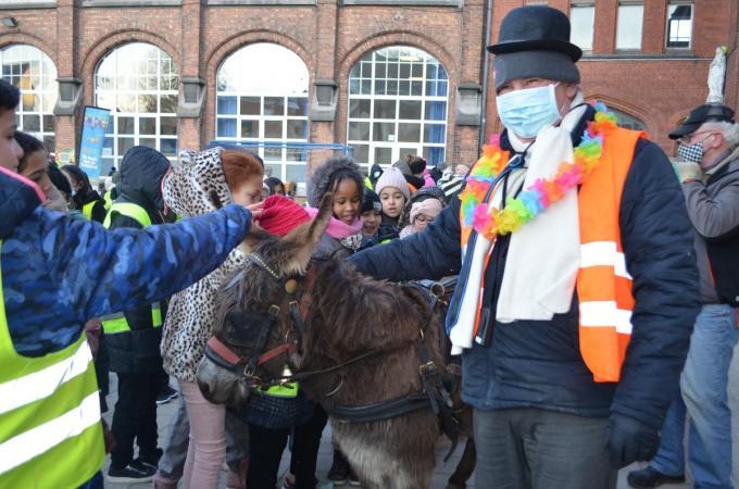 Afscheidnemend directeur Jan Schietgat werd vervoerd met een ezel.© GF