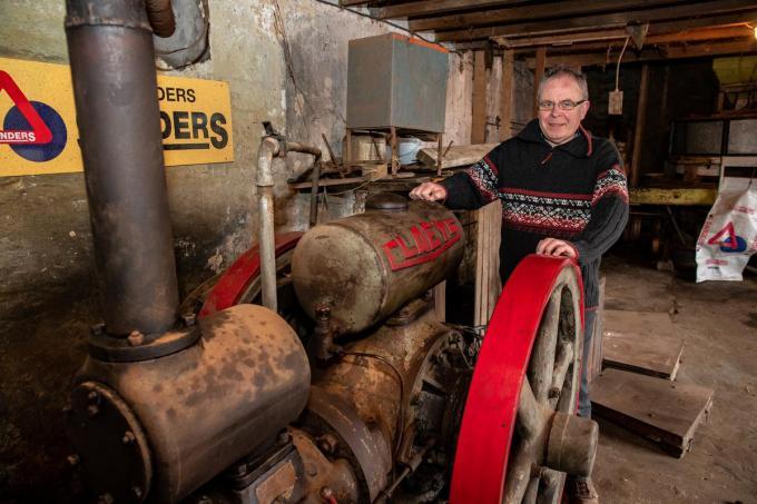 Geert Clement wil zoveel mogelijk materiaal uit de maalderij restaureren en bewaren, zoals deze motor.©Kurt Desplenter Kurt Desplenter