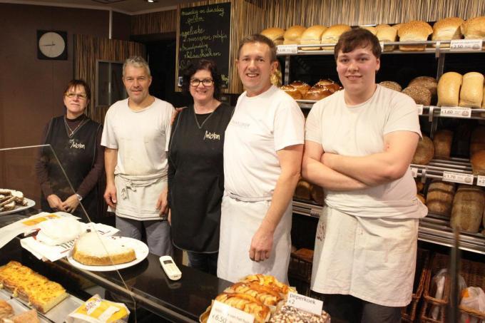 Stefaan Mispelaere (tweede van rechts) en Sabien Constandt (midden) zijn met 'Team Mistan' aan hun laatste maanden bezig.© MM