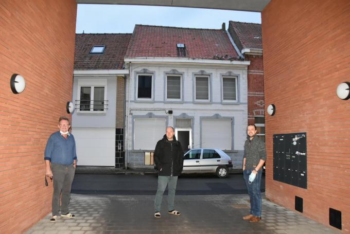 Pol Vanhaverbeke, Andries Soenen en Bert Vanneste in de Rollegemkerkstraat. Achter hen hebben zich al flink wat duiven in de dakgoot verzameld.©ELS DELEU EDB