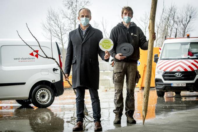 Schepen van Milieu Chris Verhaeghe en Christophe Yssebaardt van de gemeente.©JOKE COUVREUR JCR