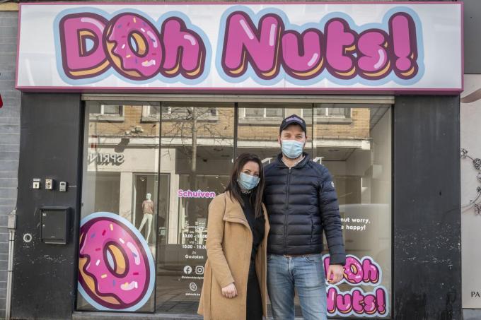 Logino Dujardin en Quirensa Verstraete voor de nieuwe zaak van Doh Nuts! in de Ooststraat.© Stefaan Beel