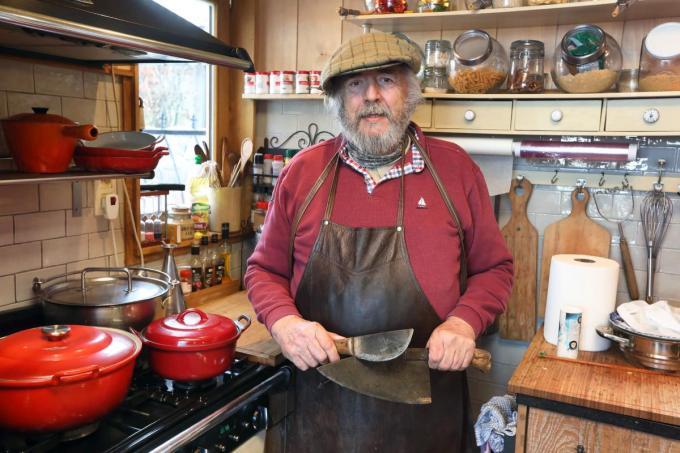 """Daniël Goegebeur in zijn riant uitgeruste keuken: """"Tegenwoordig zijn stoofschotels en soepen mijn specialiteit.""""©Johan Sabbe"""