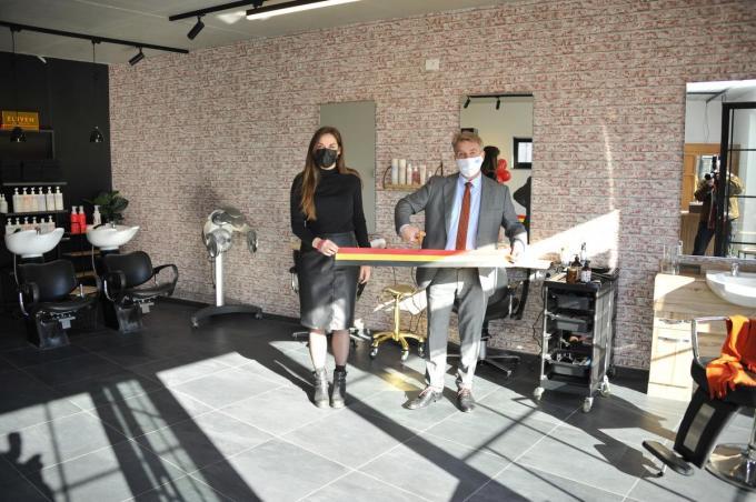 De officiële opening van kapsalon het Haarpand van Liesbeth Verhelle, met burgemeester Jan de Keyser.© GST