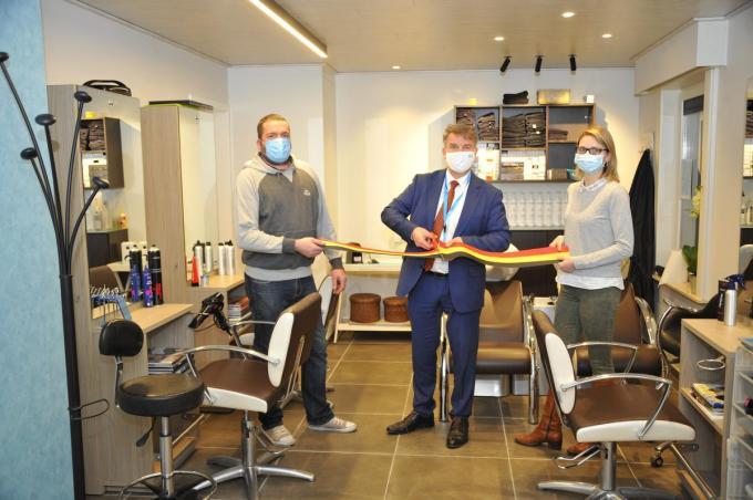 Burgemeester Jan de Keyser knipte ook bij Taisa het lint door.© GST