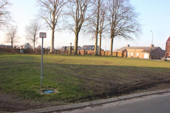 Het grasveld aan het kerkhof zou in de toekomst als parking een oplossing kunnen bieden voor het parkeerprobleem rond de school.© (Foto JG)