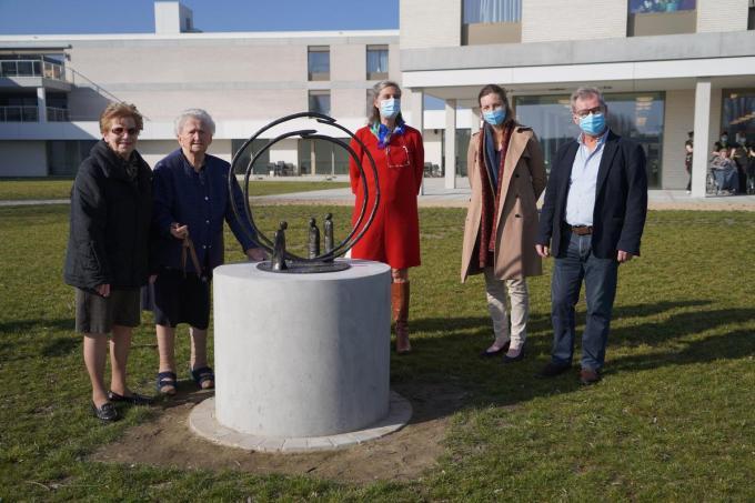 We zien v.l.n.r.: bewoonsters Lydia Vervelghe en Andrea Dobbels, Mia Vervaeck, Mieke Van Acker en Filip Santens. (foto Luc)