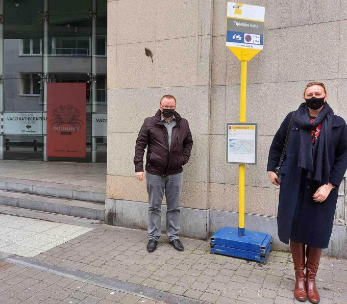 Schepen Sandy Buysschaert en burgemeester Daphné Dumery bij de tijdelijke halte van de centrumbus aan het vaccinatiecentrum.© Wim Kerkhof