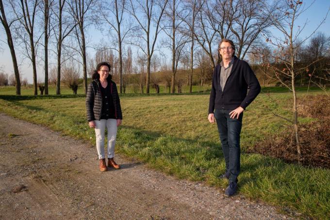 Schepenen Els Kindt en Steven Bogaert aan de Keunepupe, waar in het najaar een stukje bos wordt aangeplant. Er komt ook een wandelpad en een avonturenpad.© Foto Kurt