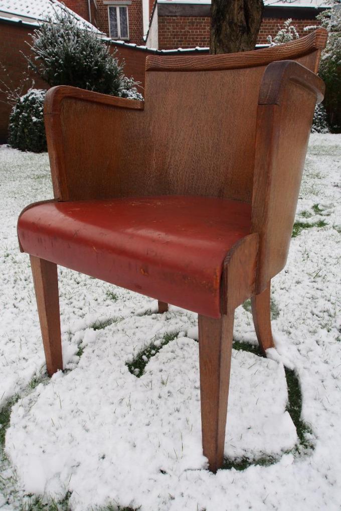 Deze typische stoel van Kunstwerkstede De Coene werd enkele jaren geleden te koop aangeboden in het Vier-programma Stukken van Mensen.© Noël Hostens