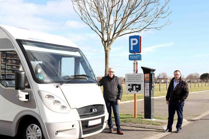 De schepenen Alfons Monte en Sandy Buysschaert zijn tevreden dat camperaars nu ook terecht kunnen op de parkeerzone aan het Emiel Moysonpad.© Wim Kerkhof