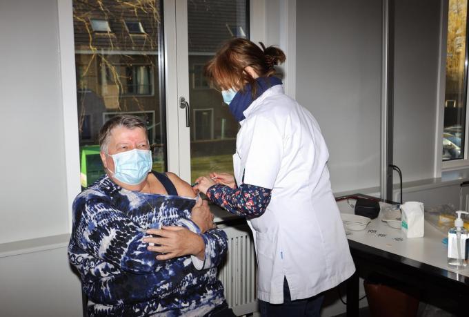 Inge Devlaeminck, verpleegster van residentie Oasis, krijgt de prik van arbeidsarts Sabine Maeyaert.©Myriam Van den Putte