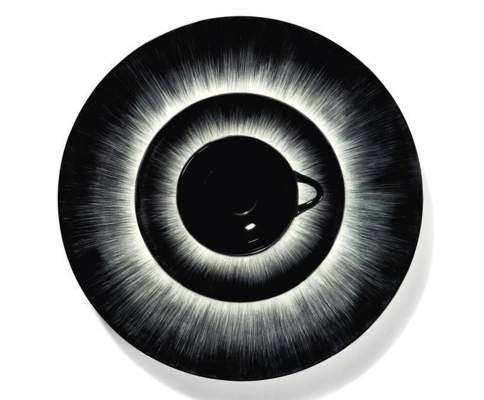 Handbeschilderd porselein met clair-obscur effect, ontwerp uit de eerste collectie van Ann Demeulemeester voor Serax.© Marc Wouters