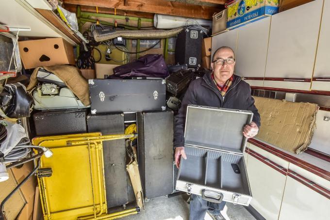 Bernard Verhaeghe, alias dj Bernardo, toont een lege koffer in de huurgarage waar ingebroken werd.© Luc Vanthuyne