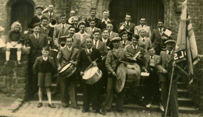 Een van de eerste groepsfoto's genomen van de muziekmaatschappij in 1948. Linksvooraan herkennen we de jonge Willy Jodts
