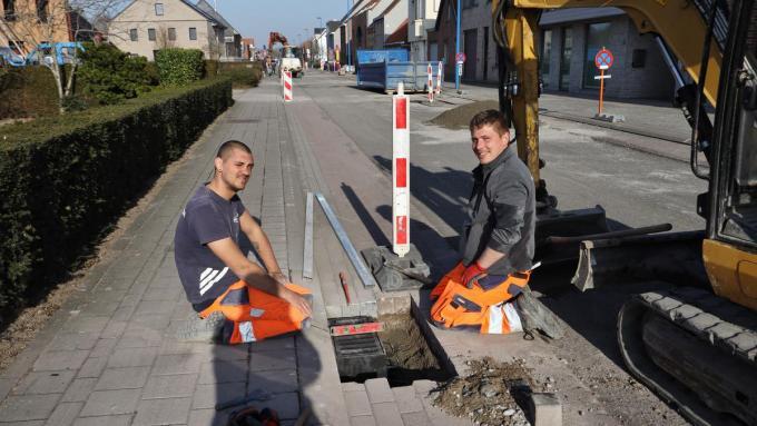 Werknemers van De Brabandere voeren de werken uit in de Polderstraat.©Myriam Van den Putte Myriam Van den Putte