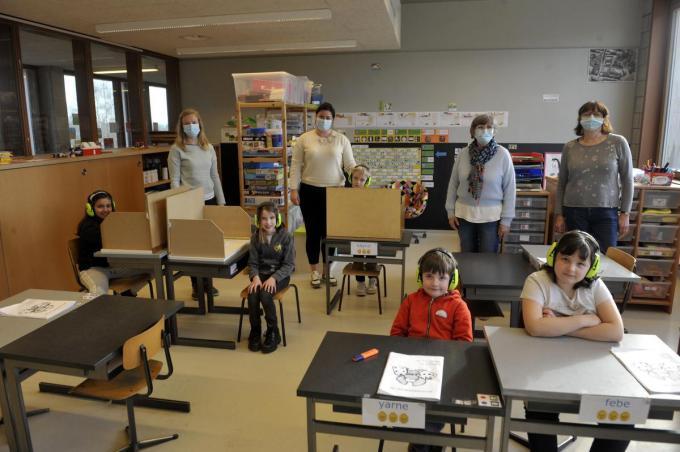 In een klaslokaal van De Zon poseren v.l.n.r. Tine Maes, Saïdja Hellebuyck, schepen Katrien Vandecasteele en schepen Martine Verhamme. (foto FODI)©PADI Fodi