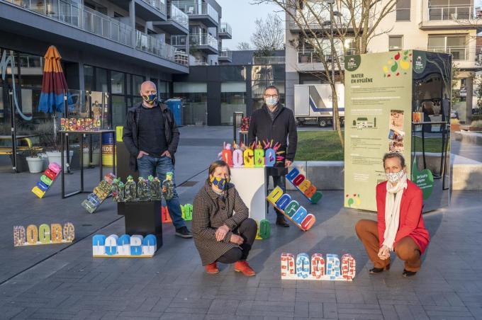 Stefaan Devarrewaere, Rita Uijtenhove (Spanjeschool De Tassche), Henk Kindt en Delphine Lerouge bij de nieuwe totems.©STEFAAN BEEL Stefaan Beel