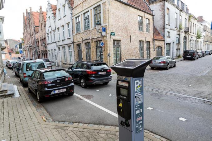 Brugge heeft veruit het hoogste aantal betalende parkeerplaatsen. Alleen al langs de straat gaat het om zo'n 5.500 parkings.© Davy Coghe