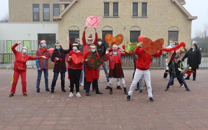 De jongeren van de leefgroepen Windekind en Zeebries zongen uit volle borst mee.© MVP
