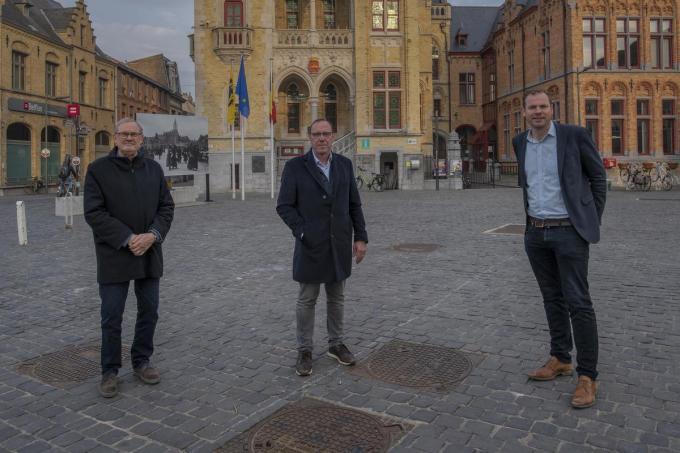 Op de foto zien we v.l.n.r. Philip Crousel, Stephan Van Herck en schepen Ben Desmyter op de Grote Markt.© MD