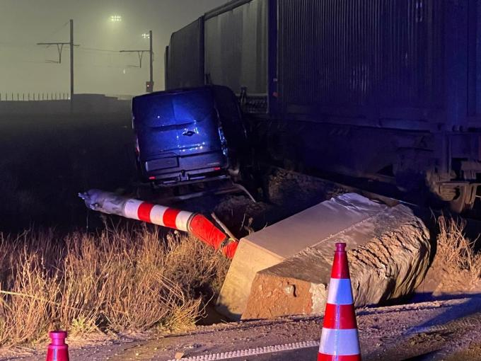 Voor de tweede keer deze week werd een vrachtwagen gegrepen door een goederentrein.© JVM