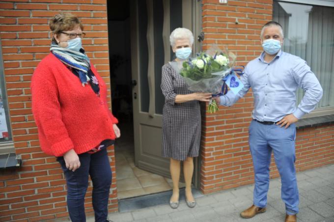 Monique Monte was aangenaam verrast met haar ruiker bloemen.© GST