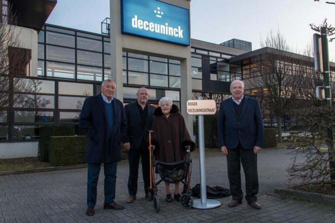 Arnold, Philip en Frank Deceuninck waren samen met hun moeder Gislaine Van Middelem aanwezig op de inhuldiging van het straatnaambord.©Emely Vanhaecke (foto EV)