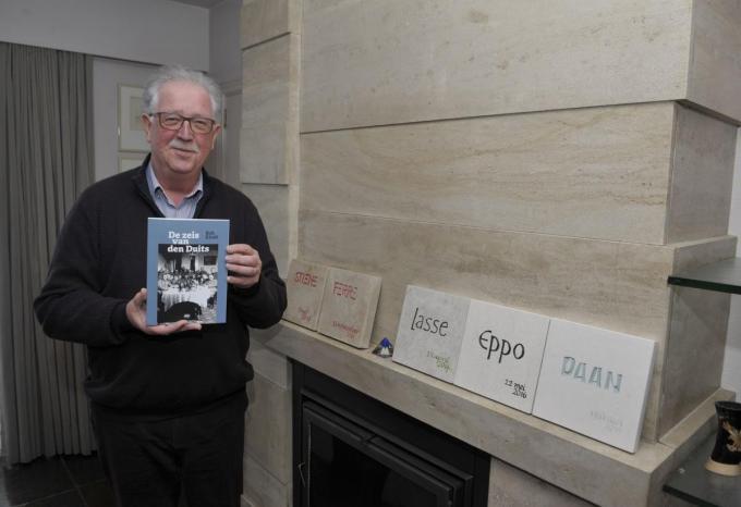 Rob Kindt met zijn boek 'De zeis van den Duits'. (foto FODI)©FODI