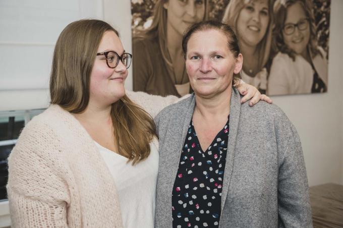 """Florence Deconinck en haar mama Ann Delbeke: """"Papa is te oud voor donorlongen, de kans op succes is te klein.""""© Olaf Verhaeghe"""