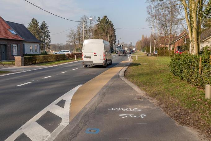 Het fietspad dat al is aangelegd vanuit Wingene stopt plots ter hoogte van Wildenburg waardoor de tweewielers verplicht zijn op de rijbaan te gaan fietsen.© foto WME