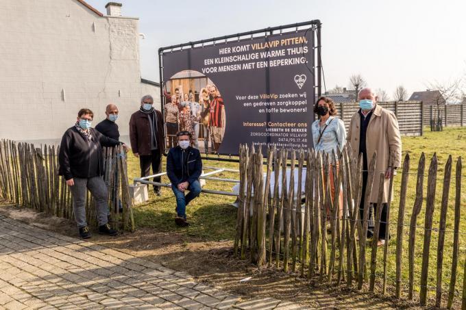 """Het gemeentebestuur vindt het project van VillaVip (met tweede van rechts zorgcoördinator Liesbeth De Dekker) """"uitdagend en vernieuwend"""".© foto WME"""