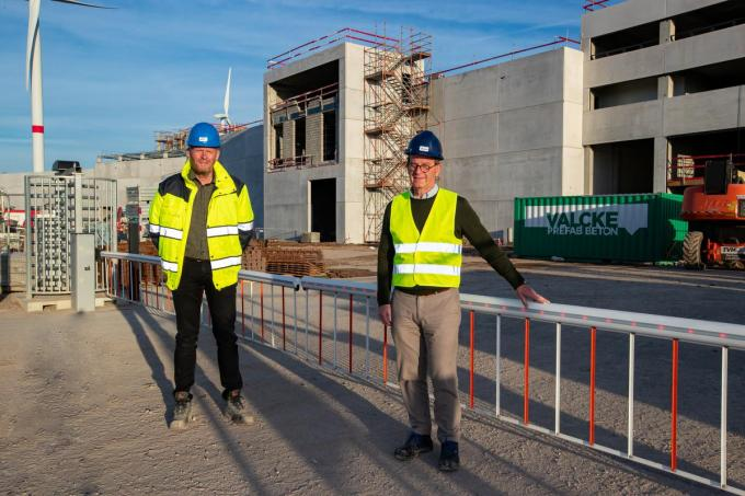 Cor Koole (links) en Philippe Debruyne voor de nieuwe fabriek in Poperinge. Jan De Zutter ontrbreekt op de foto.© Kurt