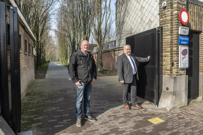 Wim Vercruysse (diensthoofd begraafplaatsen) en schepen Marc Vanwalleghem.©STEFAAN BEEL Stefaan Beel