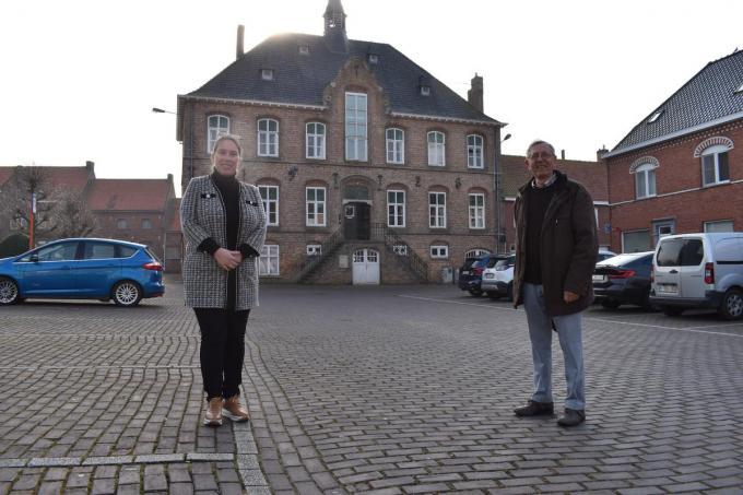 Katrien Desomer en Georges Smagghe voor het oud gemeentehuis in Boezinge.© TOGH
