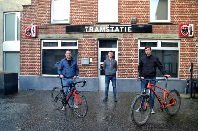 We zien v.l.n.r. Jonas Vandromme, Arne Couttouw en Carl Van Hoecke voor de uitvalsbasis van de nieuwe wielerclub.© CB