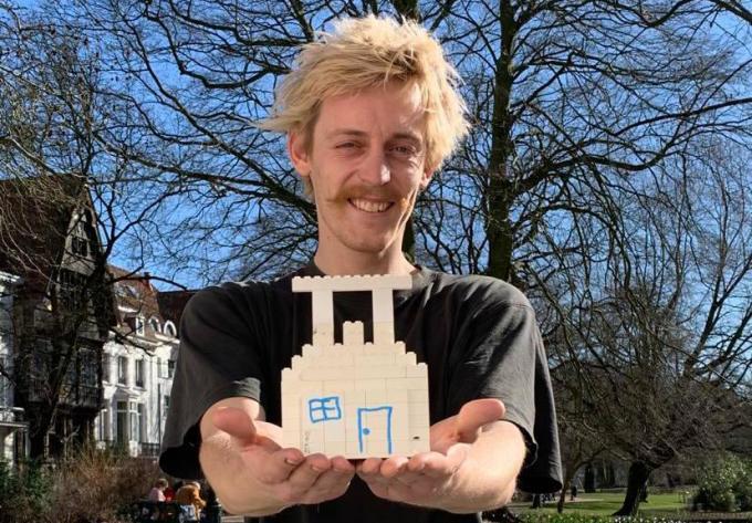 Neil toont al enkele lego blokjes