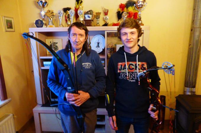 Andy Rousseeuw en zijn zoon Lorenzo voor hun prijzenkast. (foto MD)© (Foto MD)