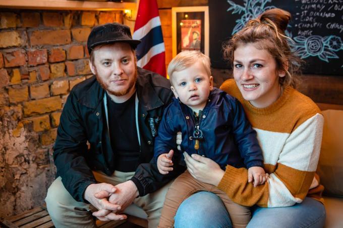 Maité Demuenynck en Nick Rubben en zoon Finn.© Davy Coghe