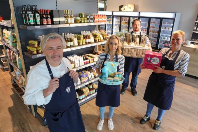 Winkelverantwoordelijke Louis Van Belleghem met medewerkers Anja Grunewald, Aquin Boulliart en Valerie Pyck in de nieuwe zaak. (foto PM)© (foto PM)